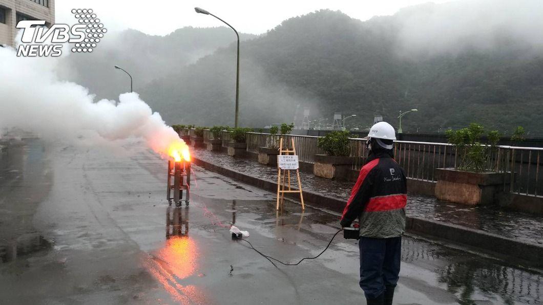 石門水庫為紓解水情,啟動人工增雨及施放焰劑。(圖/中央社) 石門水庫啟動人工增雨 蓄水率增達46.6%