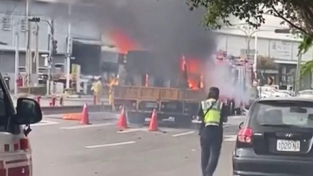 勇!道路標線車起火 警消急搬冒火瓦斯桶