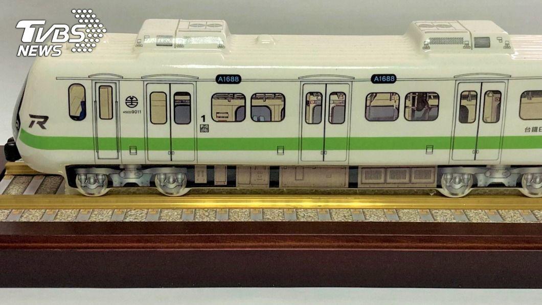 (圖/中央社) 台鐵「最美新電聯車」24日抵台 首推造型紀念酒
