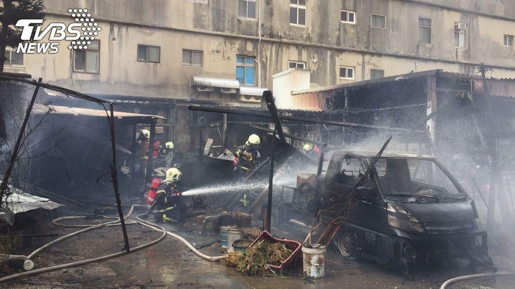 (圖/中央社) 馬公市郊火警 風勢助長延燒4住家、燒毀5汽機車