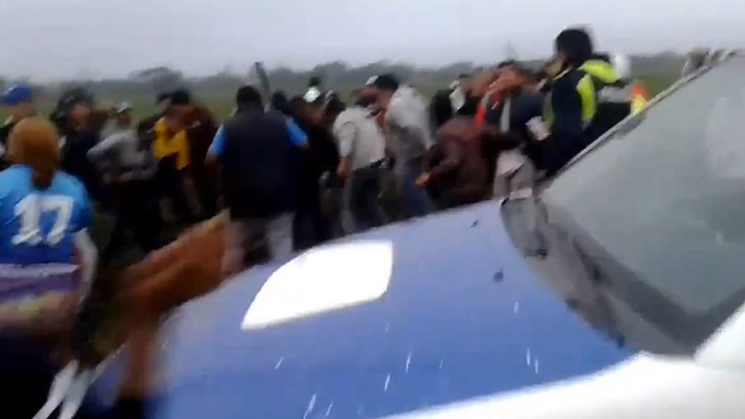 男嫌當場被活活打死。(翻攝自Abigail Campos推特) 9歲女童遭玷汙棄屍 500人怒抄棍棒「虐死狼男」報仇