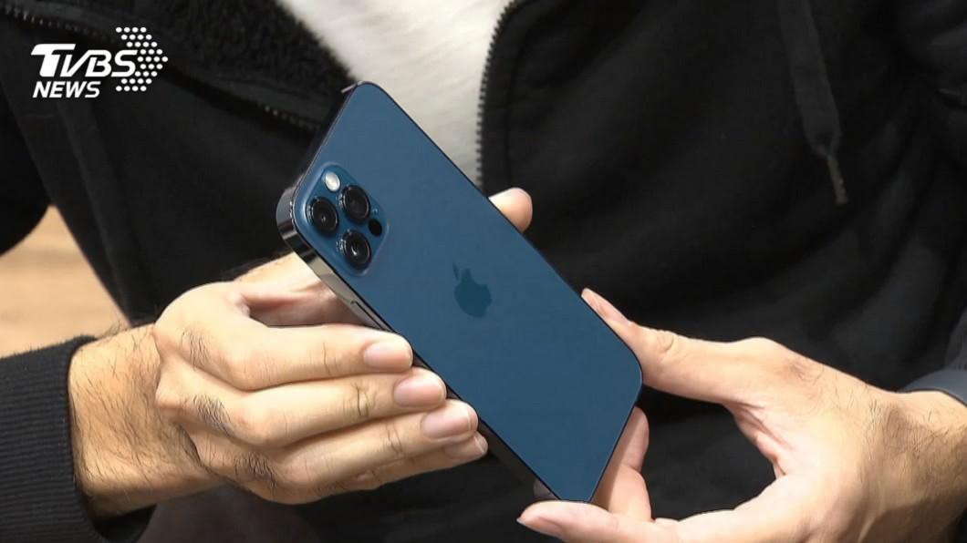 iPhone 12系列新機23日開賣。(圖/TVBS) 蘋果6s換12 Pro只花3千5!頭香哥爽翻:太賺了