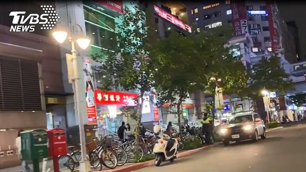 台北市大安捷運站23日晚約7時許突傳槍響。(圖/TVBS) 不爽違規被罵大安站開槍?母子嚇慘曝「瞄準我們」