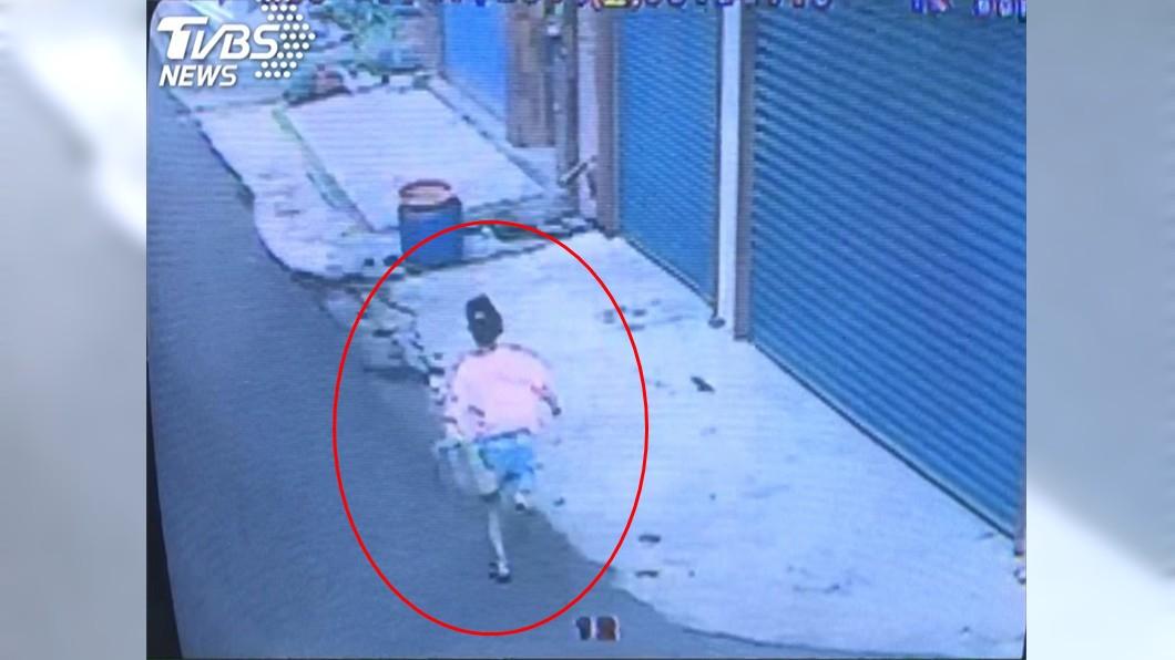 女童最後的身影。(圖/TVBS) 利齒土狗「追90公尺」台南女童死巷中 飼主喊冤噴百萬