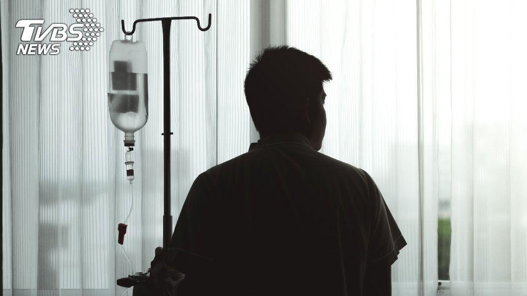 一名抗癌勇士在網路上分享心路歷程。(示意圖/Shutterstock達志影像) 12年「腸破2次、5腫瘤」 抗癌鬥士嘆:人生還很長