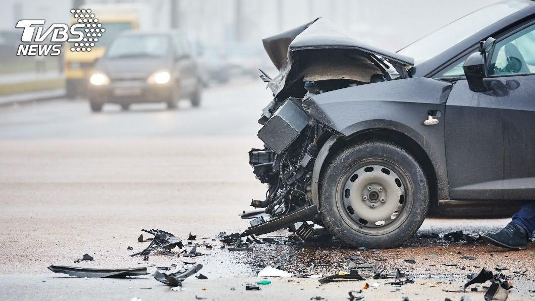 美國一對夫婦在辦理公證後,不幸遭拖車撞上雙亡。(示意圖/shutterstock 達志影像) 新婚不到5分鐘夫妻遭撞雙亡 母目賭悲劇崩潰