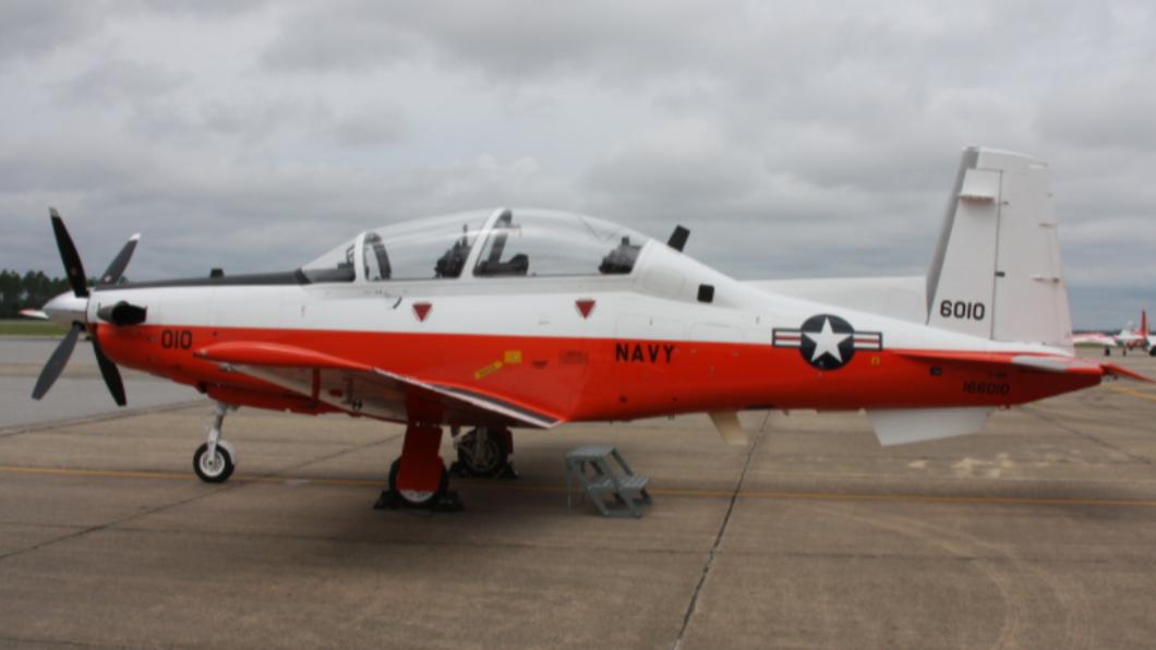 美海軍「T-6德州人II教練機」意外墜毀。(圖/翻攝自T6BDriver.com) 美海軍教練機「衝撞民房」竄大火!機上2人罹難