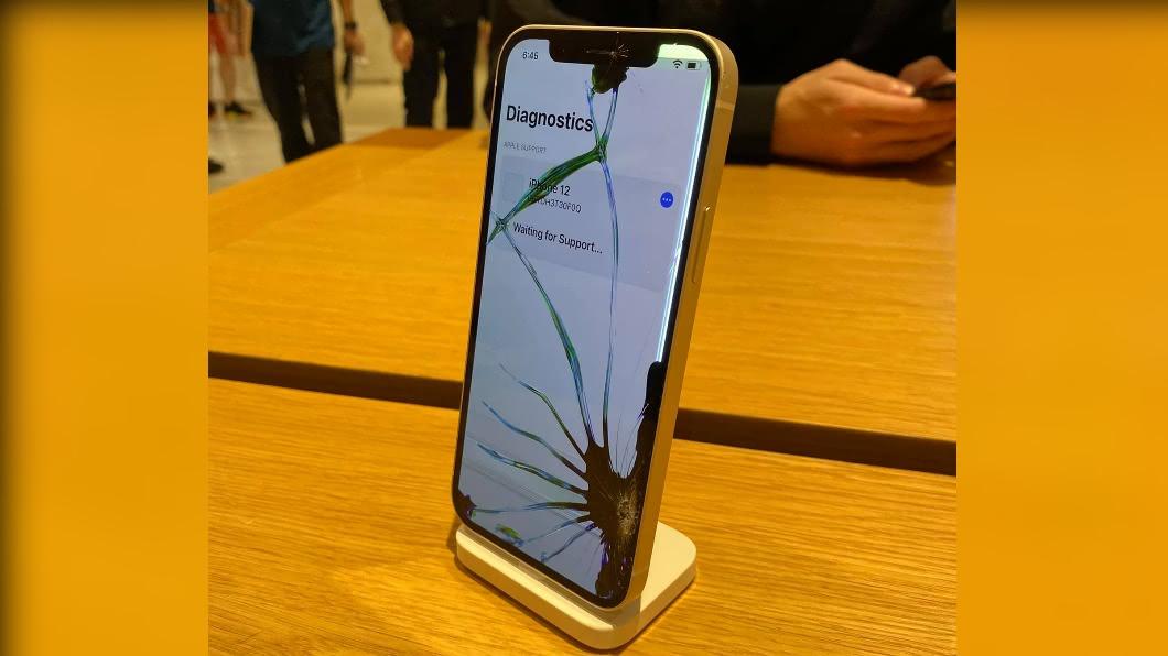 新機iPhone12宣稱玻璃堅固,經測試螢幕裂開。(圖/Facebook 小豪 - Siouhao) 開賣2小時裂成「蜘蛛機」 iPhone12維修費出爐
