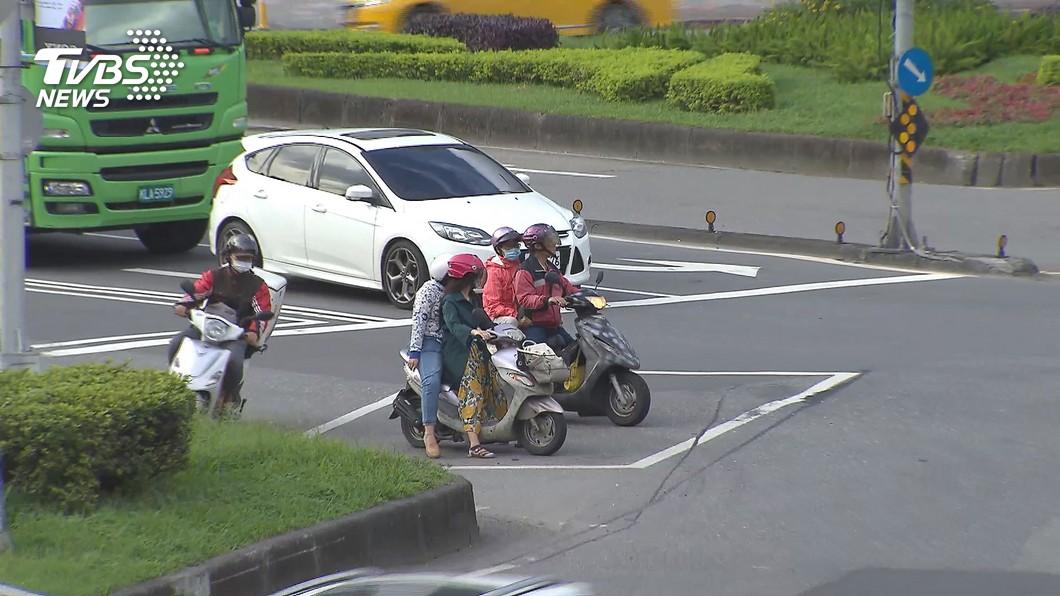 [新聞] 「待轉格太小擠不進!」 機車騎士挨罰600