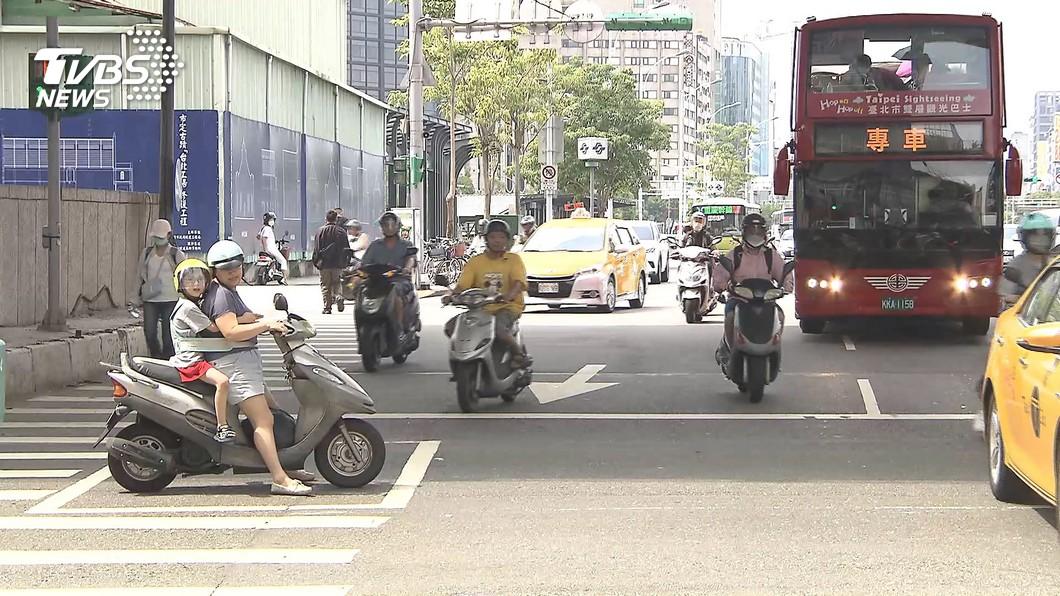 台灣機車路權促進會表示認為強制兩段式左轉試辦期間已屆,兩段式左轉標誌仍沒有拆掉跡象,因此再度發起「待轉大富翁」活動。(圖片來源/ TVBS) 「待轉大富翁」今晚再抗議 機促會:活動地點隨時異動