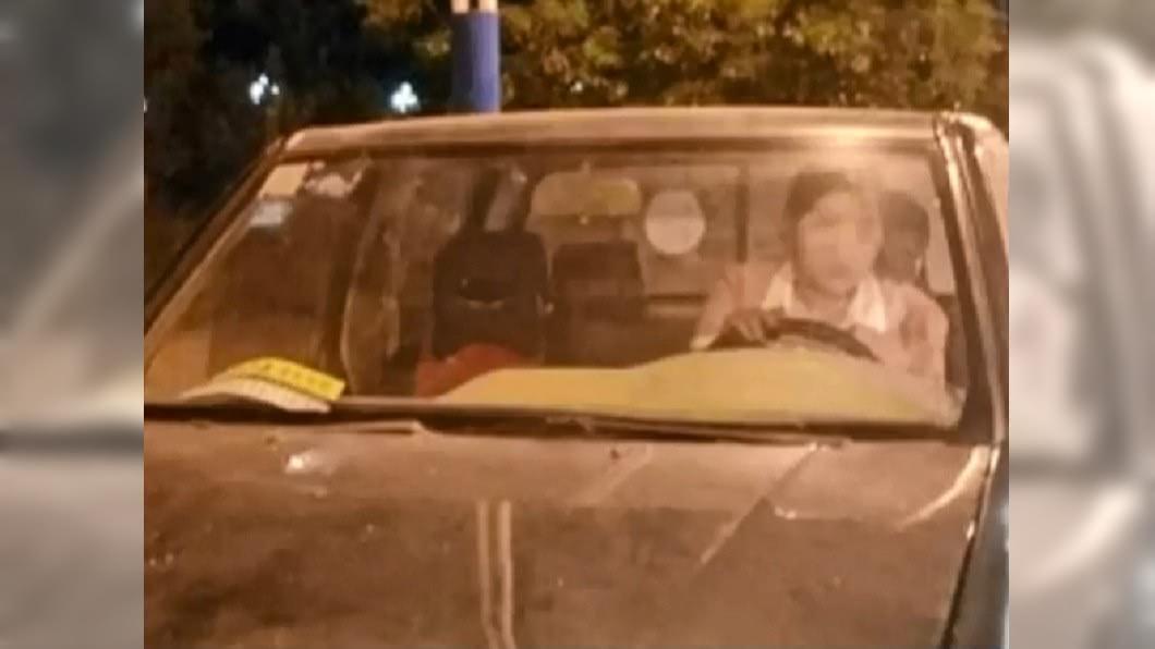 情侶「肉體疊羅漢」練習開車。(圖/翻攝自陸媒《安徽衛視》) 情侶開車「肉體疊羅漢」搖晃緩行 警攔下女羞:他在教我