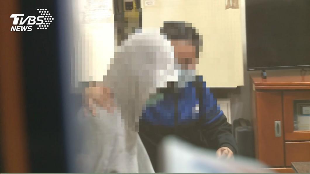 失蹤少女與母親坐在警局內擁抱。(圖/TVBS) 離家少女被載走警找到人 男網友辯:4天都在玩