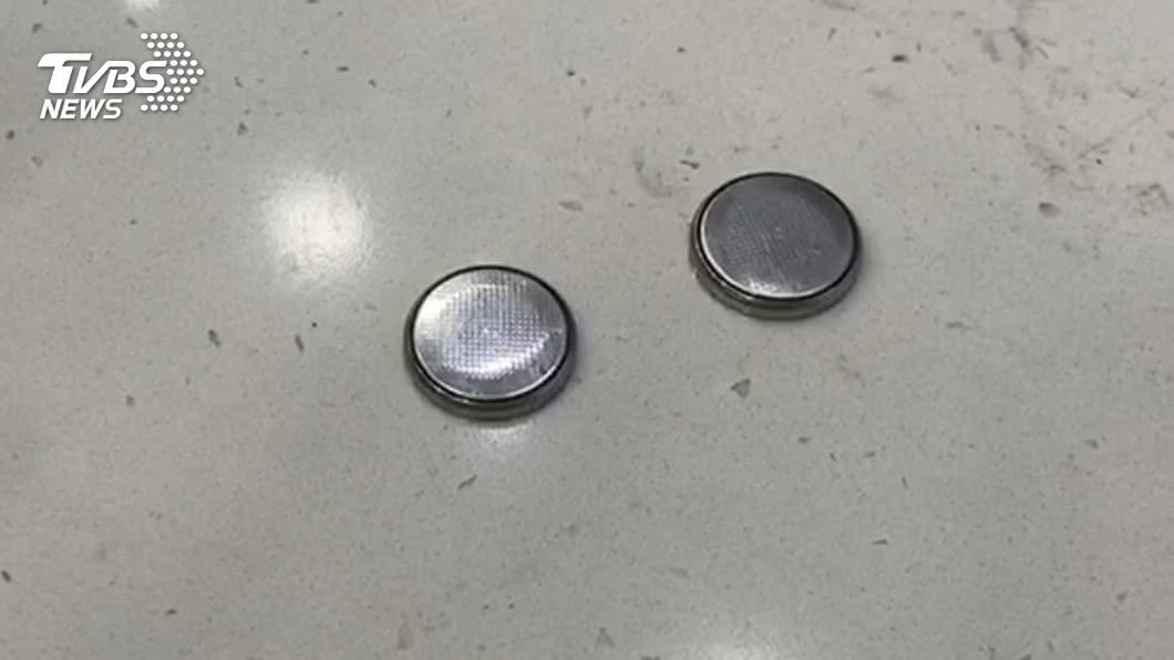 常見的鈕扣電池,裡面含有腐蝕性的化學物質。(示意圖/TVBS資料畫面) 3歲女誤食鈕扣電池 頻喊「喉嚨痛」食道燒破洞枉死