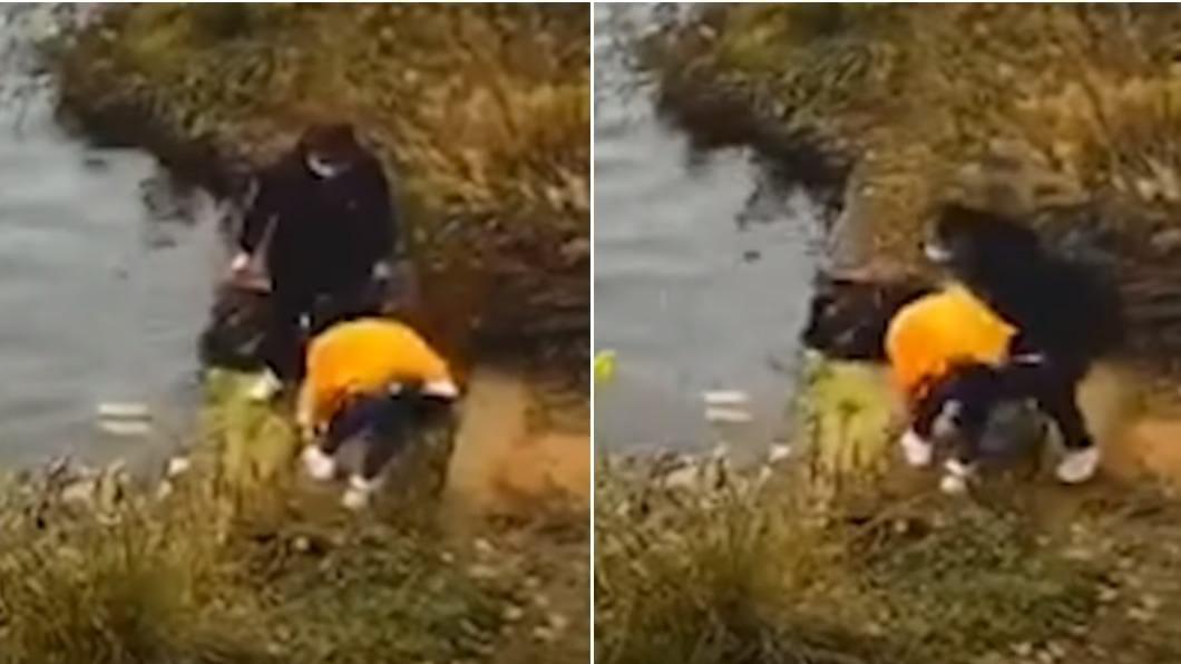 黑衣女繞到後方將黃衣女子推入水中。(圖/翻攝自《澎湃新聞》) 女綁鞋帶「閨密背後推」壓頭溺斃!行凶瞬間全被錄