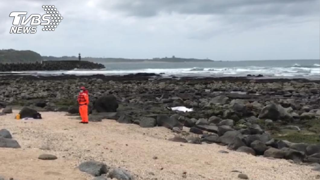新北石門洞礁岩上發現女浮屍。(圖/TVBS) 新北石門洞驚見「紅衣女屍」!大字型仰躺礁岩