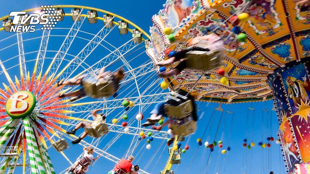 女子搭乘遊樂設施時,意外從30公尺高摔落。(示意圖/shutterstock 達志影像) 女滑出「遊樂設施座椅」墜30公尺 頭部重摔命危