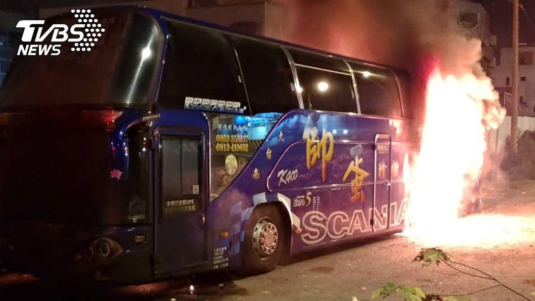 陳姓男子涉嫌縱火焚燒兒子停放在路旁的遊覽車。(圖/中央社) 疑兒子付不出安養費 台南老翁怒放火燒兒遊覽車