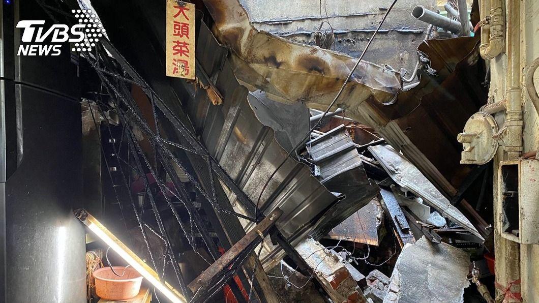 頂樓磚牆磚塊掉落砸中市場的攤位屋頂造成塌陷。(圖/中央社) 嘉市東市場頂樓磚塊掉落砸中攤位 2人受傷送醫