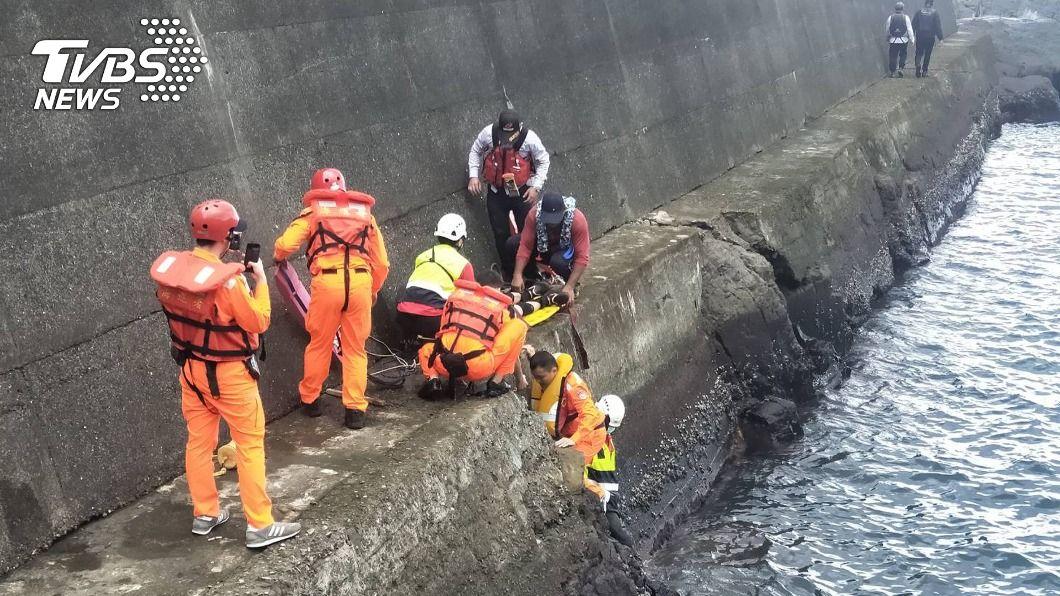 (圖/中央社) 宜蘭海邊釣魚不慎失足落海 75歲老翁送醫不治