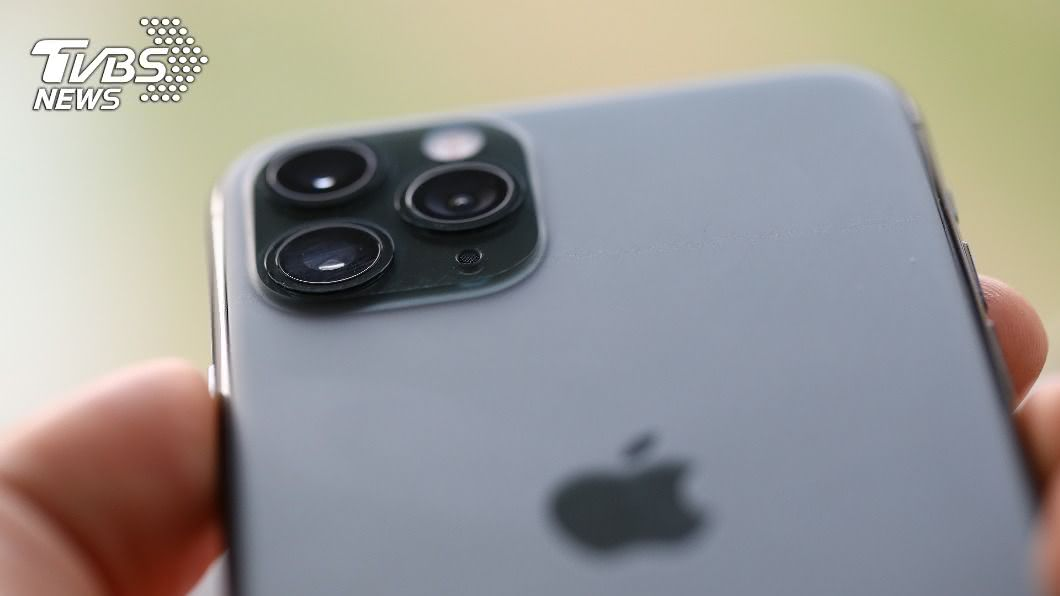 民眾剛拿到新Iphone12的隔天立刻黑屏、無法開機。(示意圖/shutterstock達志影像) 搶買iPhone12隔夜秒黑屏 內行爆秘辛:別買第一批
