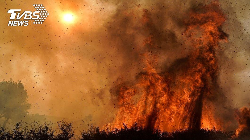 美國加州洛杉磯近郊爆發野火。(圖/達志影像美聯社) 乾燥強風助長 加州近郊爆野火10萬人逃離家園