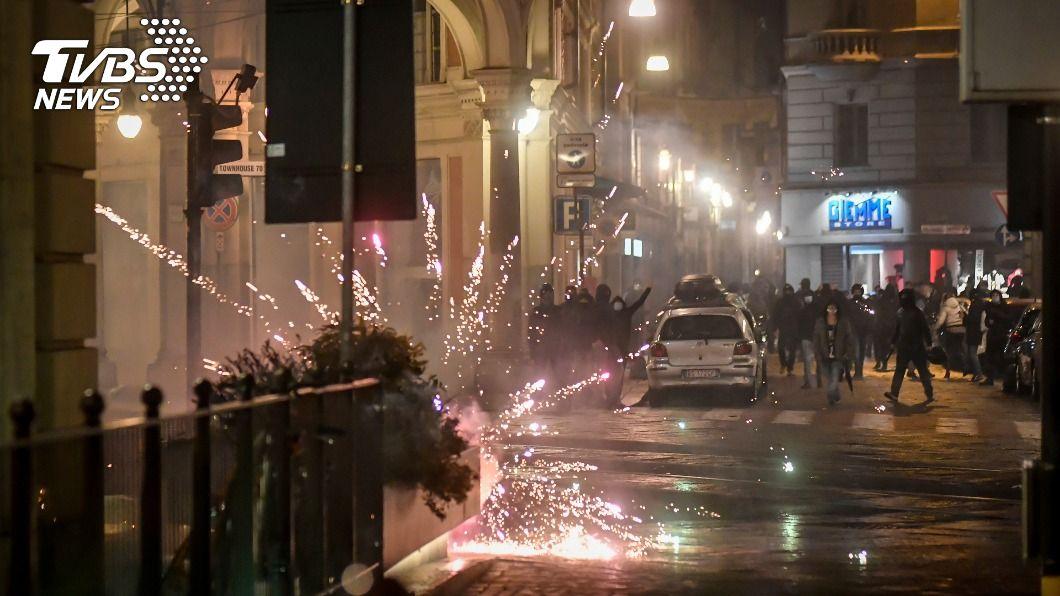 義大利群眾走上街頭抗議,並與警方發生衝突。(圖/達志影像美聯社) 義大利防第2波疫情加強限制 群眾上街抗議要自由