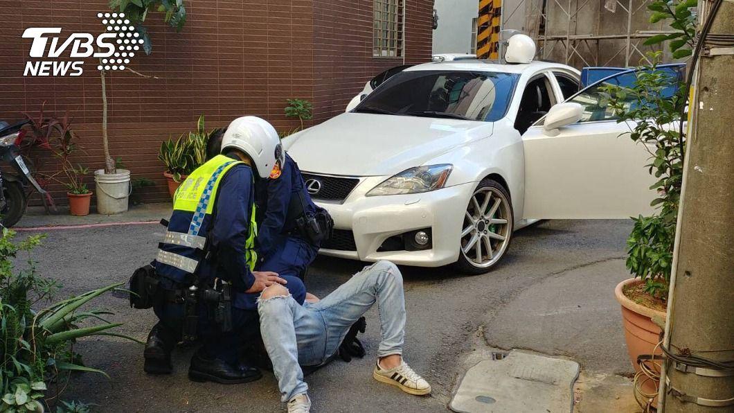(圖/中央社) 男子車輛違停遇盤查逃逸 員警制伏起出槍彈毒品