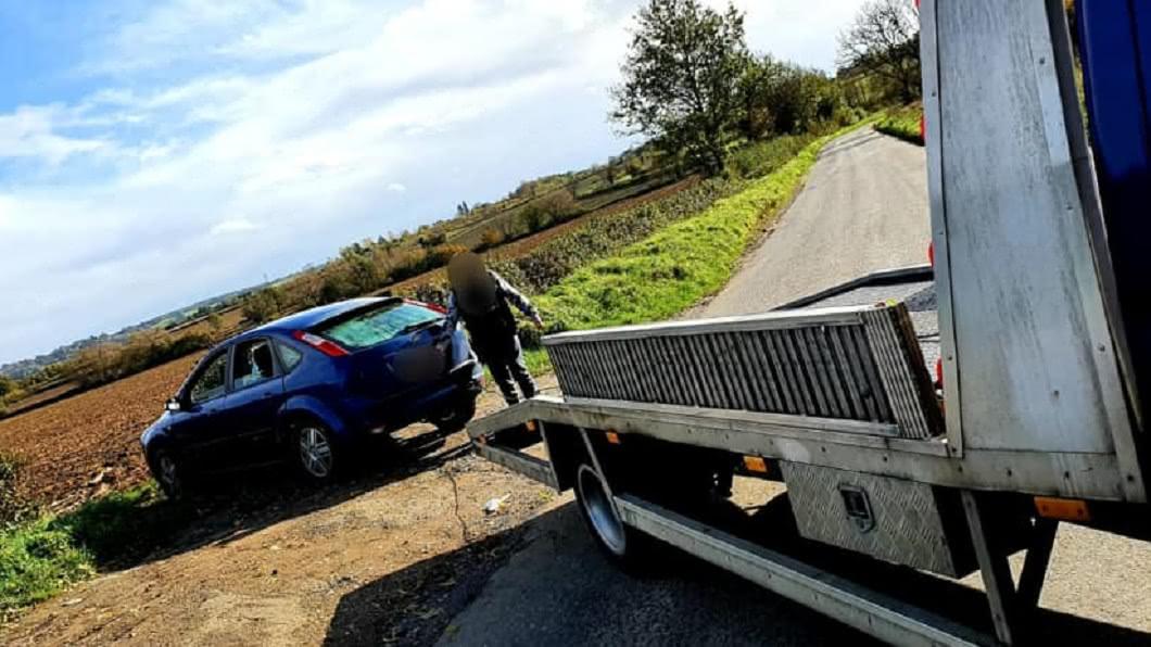 夫妻玩到輪胎都陷泥沼。(圖/翻攝自Campbells Recovery臉書) 夫妻農田纏綿車體狂震 嗨1晚「陷泥拔不出」農夫傻了