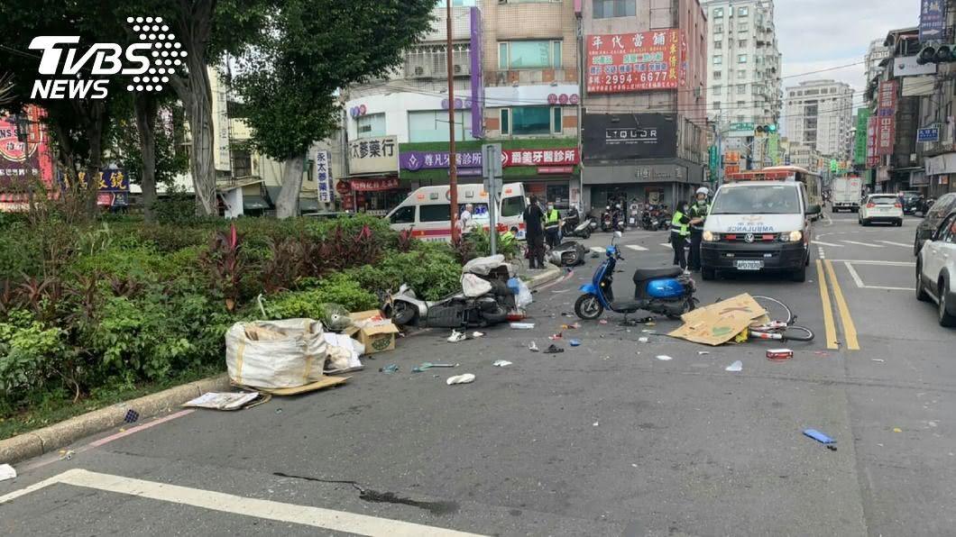 (圖/中央社) 新莊連環車禍 騎單車82歲老翁命危送醫不治