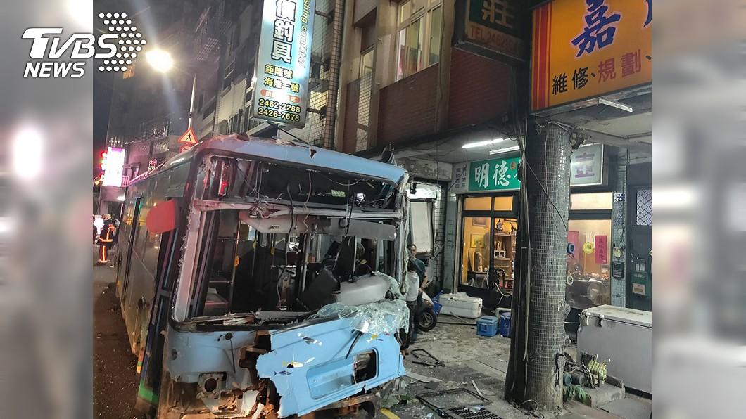 基隆一輛公車疑暴衝連環撞造成14人受傷。(圖/中央社) 基隆公車暴衝擦撞機車、電線桿 14人受傷送醫
