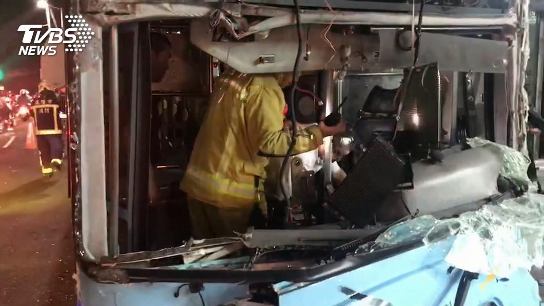 公車暴衝逾300公尺 司機驚嚇撞電桿阻擋