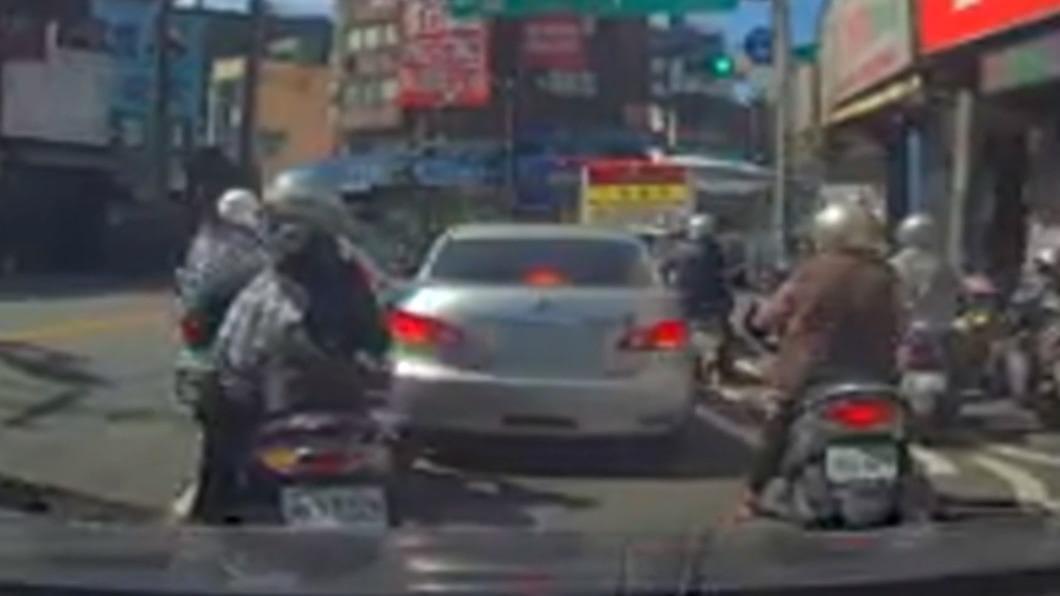 駕駛車故障違停佔道 遭誤「為買菜包」