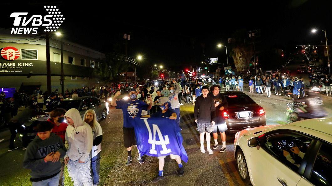 (圖/達志影像路透社) 洛杉磯稱霸NBA和MLB 全城球迷狂按喇叭瘋整夜