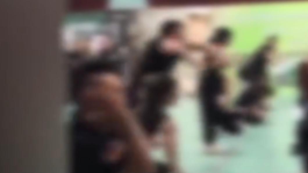 員工跪在地上瘋狂自賞巴掌。(圖/翻攝自《西安商報-漩渦視頻》) 員工培訓「集體下跪」瘋狂自打巴掌 經理:展現巔峰狀態