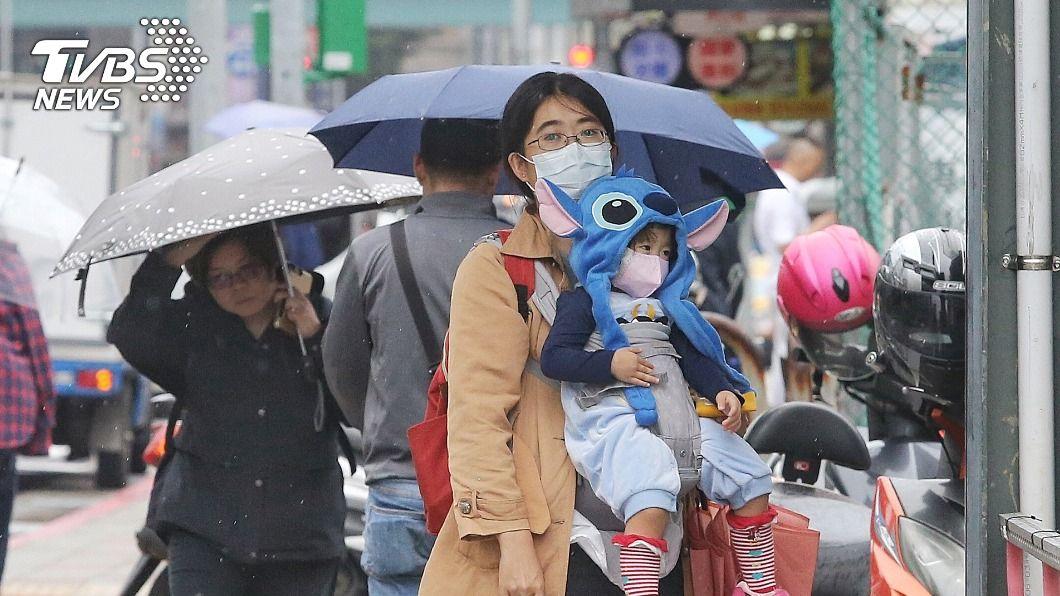 氣象局表示,因東北風挾帶溼冷空氣,北台灣今晚降雨機率增加。(圖/中央社) 東北風挾帶溼冷空氣 北台灣晚間降雨機率增