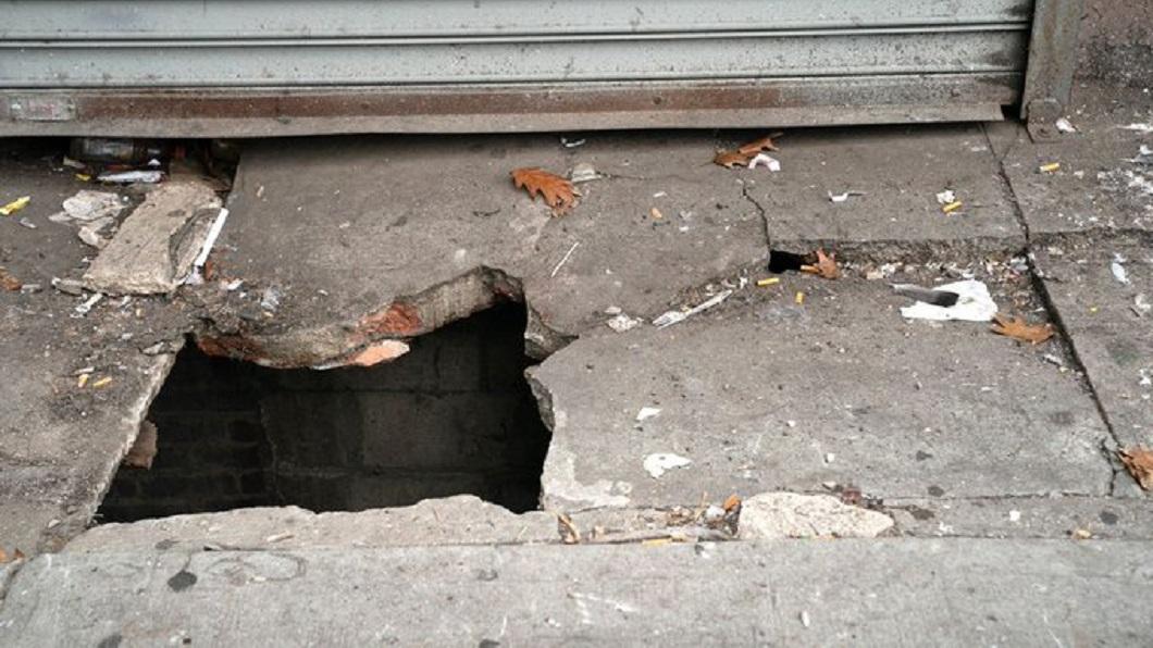 紐約一名男子日前等公車時,路面突然塌陷,他因此掉進至少3.6公尺深的坑洞內。(圖/翻攝自推特) 等車掉進天坑被肥鼠包圍 衰男受困不敢叫:怕跑進嘴裡