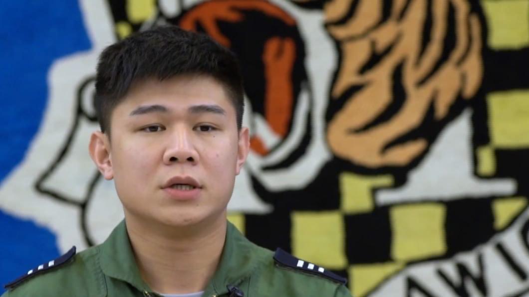 飛官朱冠甍上尉。(圖/翻攝自軍聞社YouTube) 朱冠甍母曝「他說過F-5E會出事」 淚訴:再發生我跳海
