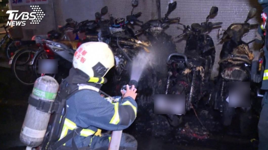 警消獲報後趕至現場滅火。(圖/TVBS) 北市巷弄竄火燒毀6機車 竟是台大研究生酒醉好玩縱火