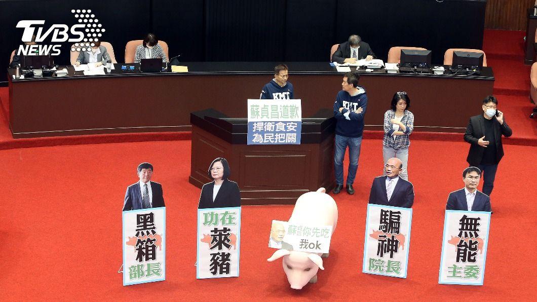 (圖/中央社) 藍委再占發言台抗議 蘇貞昌施政報告五度受阻