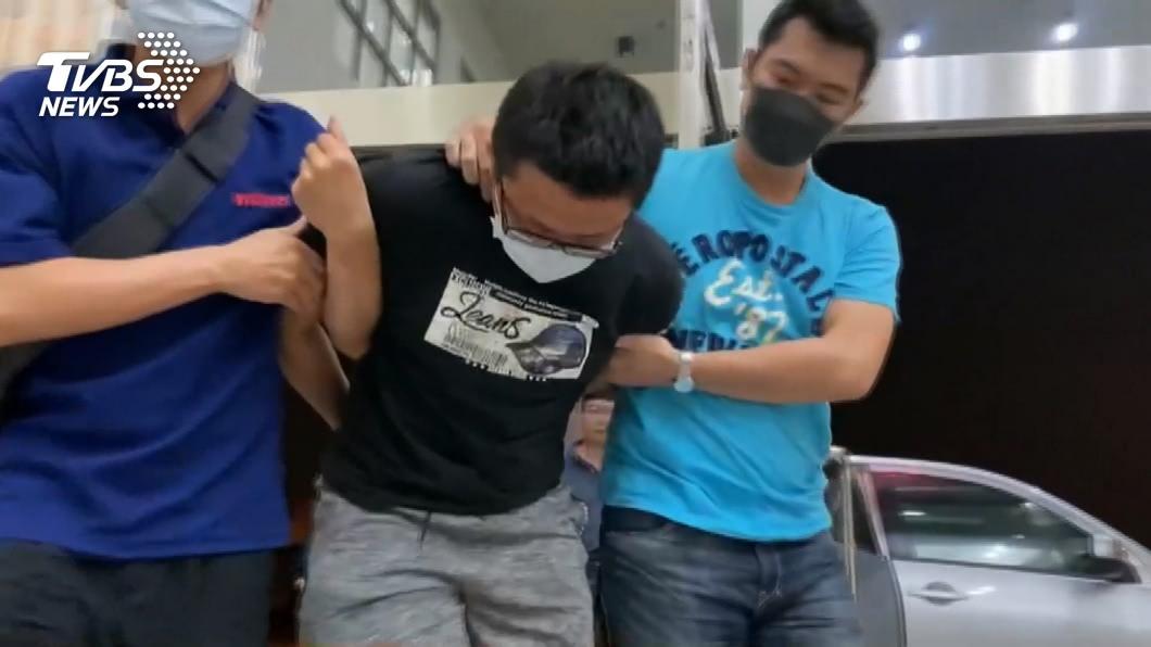 梁嫌落網後腳軟還需要員警攙扶才能進入警局。(圖/TVBS) 殺人「伴屍19小時」套好招? 高大成轟:俗辣,供北賊!