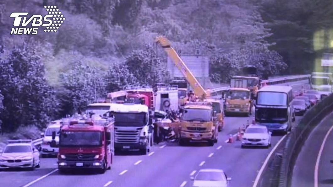 國道3號發生死亡車禍。(圖/TVBS) 死亡車禍!國3貨車猛撞砂石車 2人當場死亡