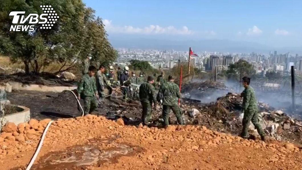 台中市都會公園旁戰車營區發生火警。(圖/TVBS) 台中營區掩體雜草竄火 恐延燒軍方急移置戰車