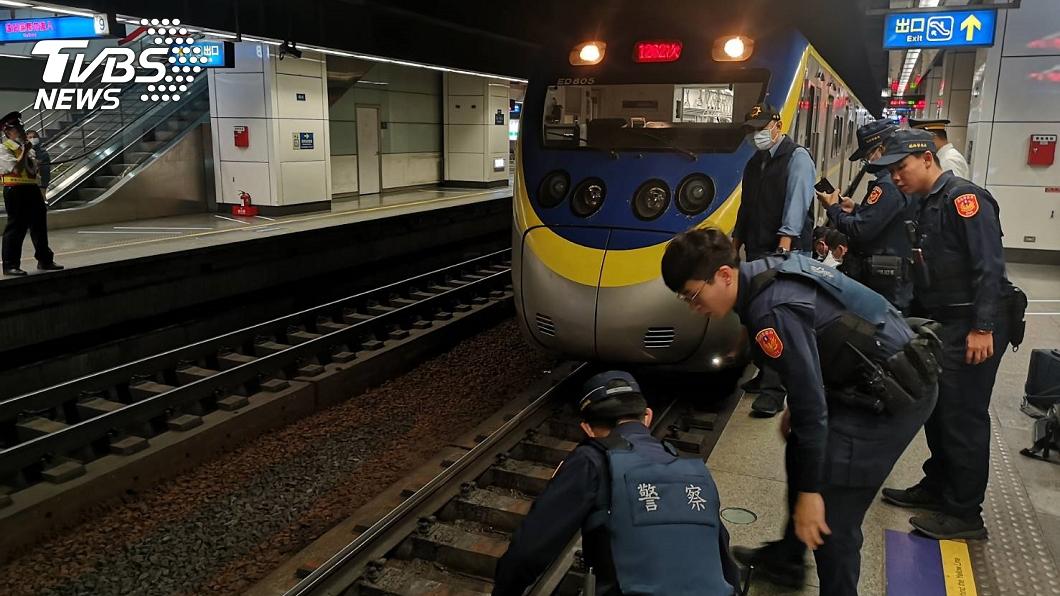 (圖/TVBS) 台鐵松山站傳落軌事故 旅客「卡車底」警消急尋人