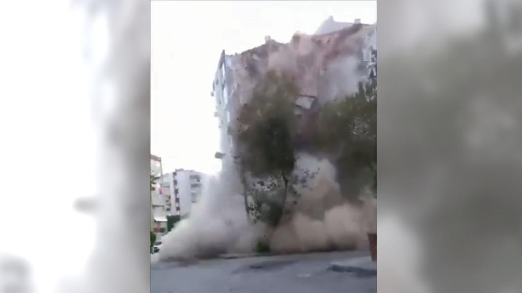 愛琴海7.0地震,建物瞬間倒塌(圖/翻攝推特) 愛琴海規模7.0強震 至少22死、近800傷