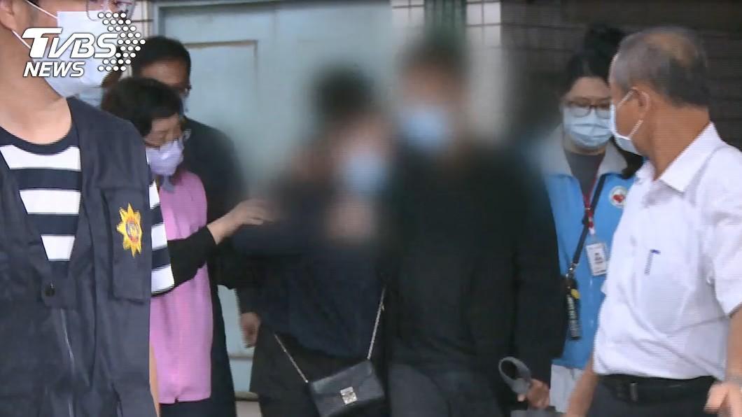 女大生父母抵達高雄殯儀館。(圖/TVBS) 「我不要這樣!」哭聲穿透殯儀館 女大生父母崩潰認屍