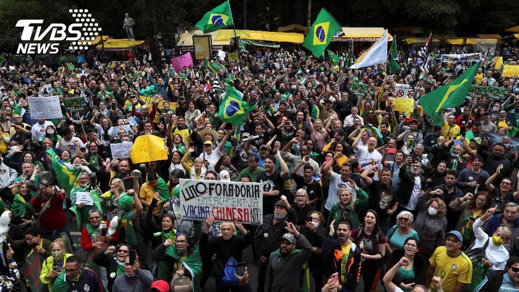 巴西逾300名民眾抗議州長支持強制接種新冠疫苗。(圖/達志影像路透社) 拒當大陸疫苗白老鼠 巴西民眾示威反對強制接種