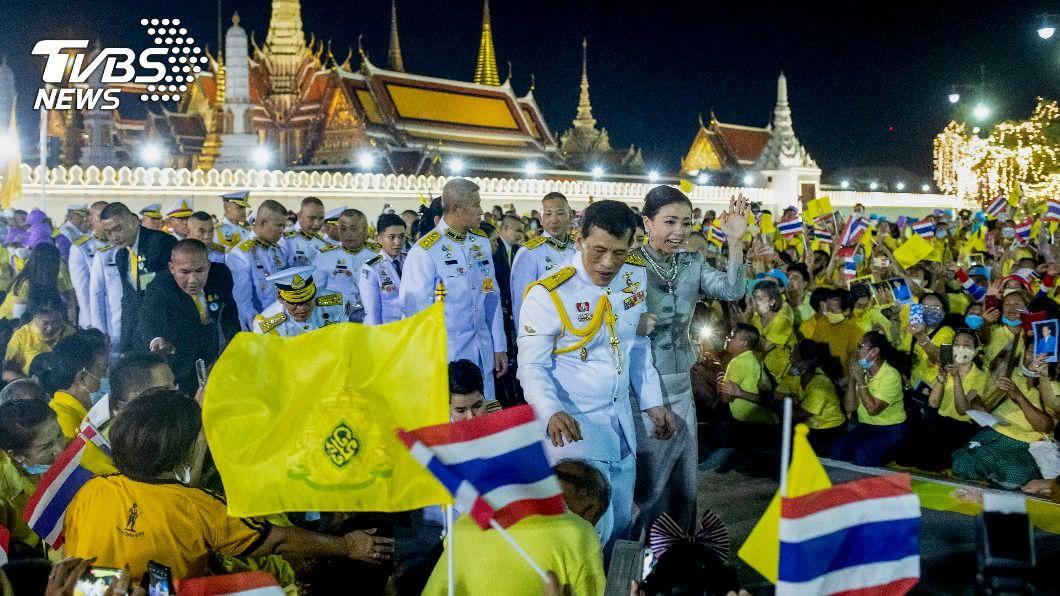 泰王在大皇宮外與支持者見面。(圖/達志影像美聯社) 反政府示威不斷 泰王:我一樣愛著全國人民