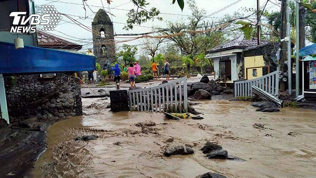 今年全球最強颱「天鵝」重創菲律賓。(圖/達志影像美聯社) 天鵝颱風襲菲律賓16死3失蹤 杜特蒂將視察災區