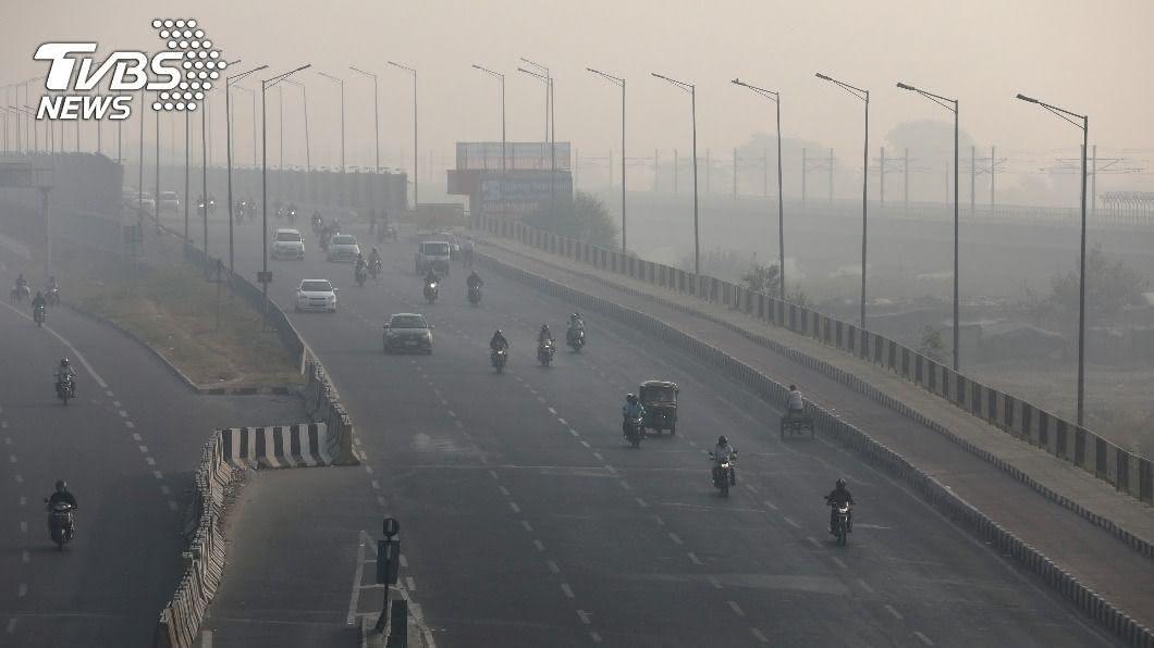 新德里新冠疫情升溫、空品惡化。(圖/達志影像路透社) 印度新德里面臨雙重打擊 疫情和空污不斷惡化