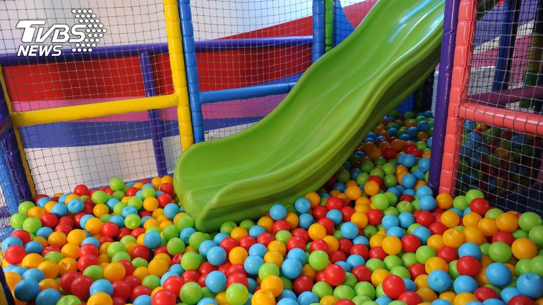 男童於百貨遊戲區溜滑梯竟發生斷指意外。(示意圖/shutterstock達志影像) 尼龍繩變利刃!新竹10歲童百貨溜滑梯 拇指斷2截